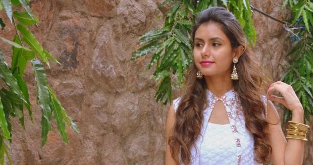 kintyish.com_indianfashionblog_himanshi mukhija_white_ethnic_suit _lace_embroidery_sequin_jhumki_1