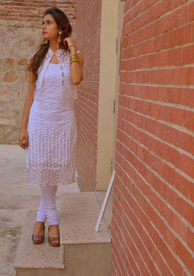 kintyish.com_indianfashionblog_himanshi mukhija_white_ethnic_suit _lace_embroidery_sequin_jhumki_2