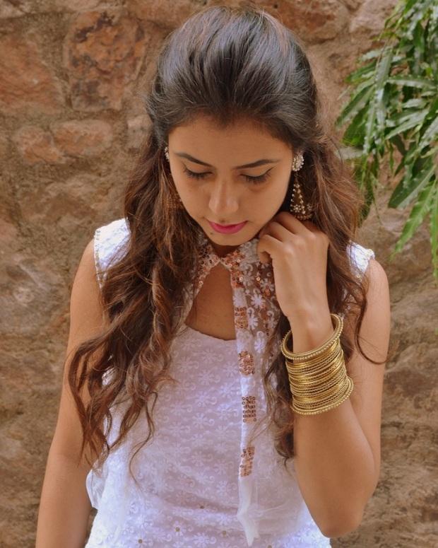 kintyish.com_indianfashionblog_himanshi mukhija_white_ethnic_suit _lace_embroidery_sequin_jhumki_6