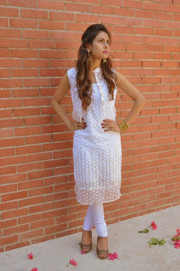 kintyish.com_indianfashionblog_himanshi mukhija_white_ethnic_suit _lace_embroidery_sequin_jhumki_9
