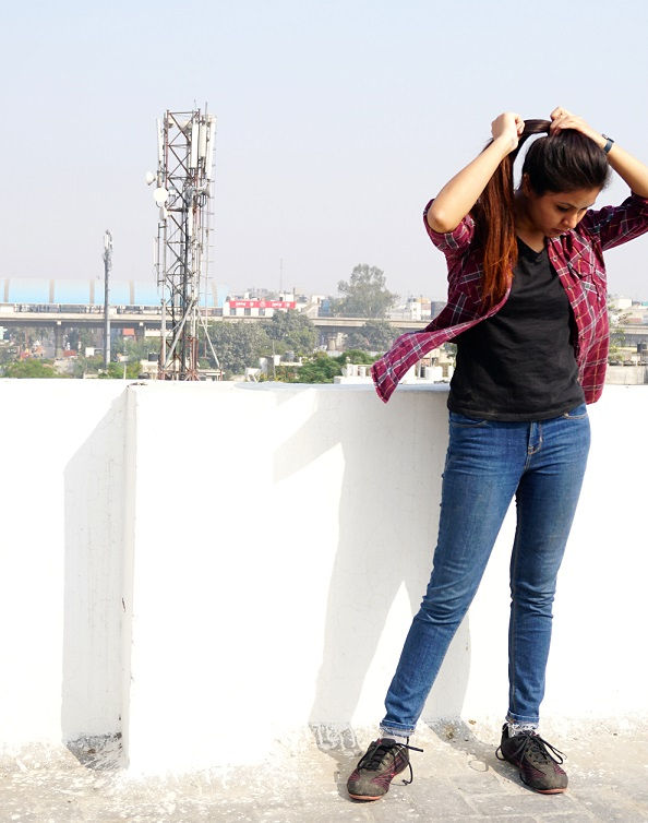 kintyish-com_himanshi-mukhija_-indian-fashion-blogger-_-how-to-style-black-t-shirt-blue-demin-in-multiple-ways_-casual-outfit-sporty-outfit-plaid-shirt_2
